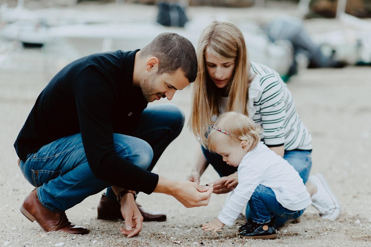 séance famille lifestyle mesquer plage parents enfant coquillages
