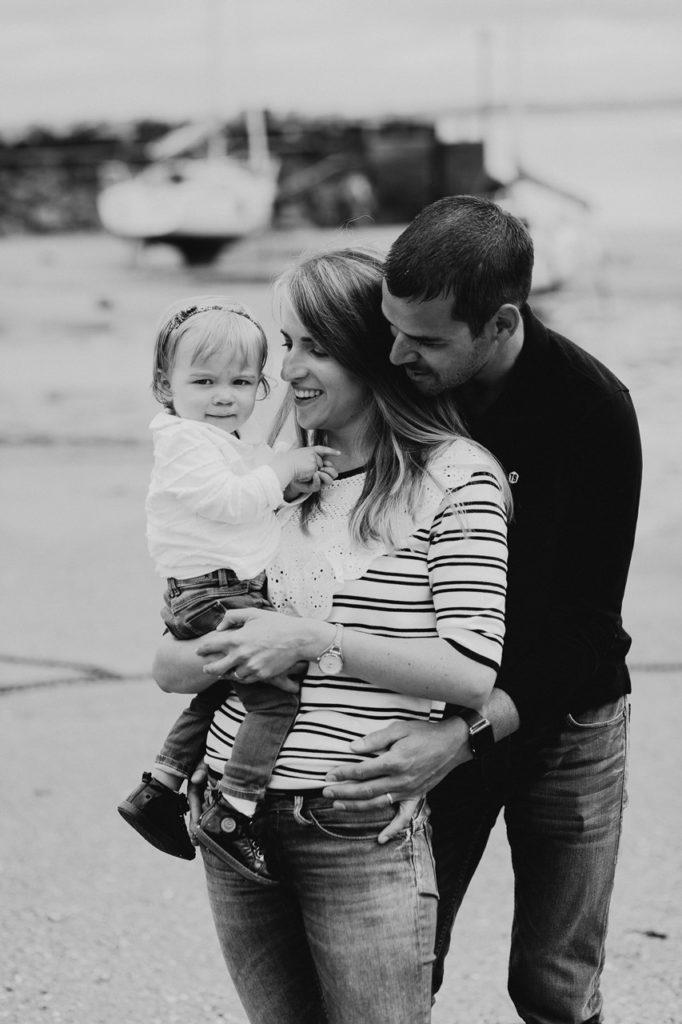 séance famille lifestyle mesquer plage portrait parents enfant noir et blanc