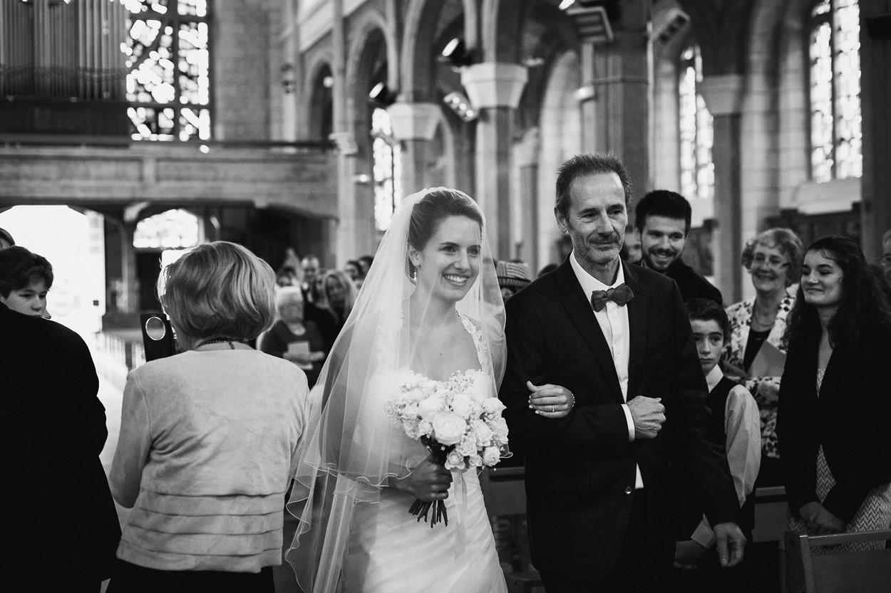 Entrée mariée papa église la baule