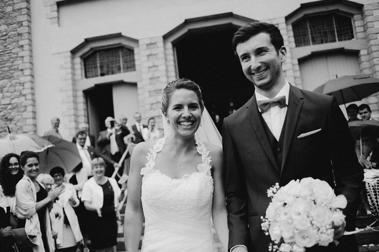 portrait mariés noir et blanc sortie église la baule