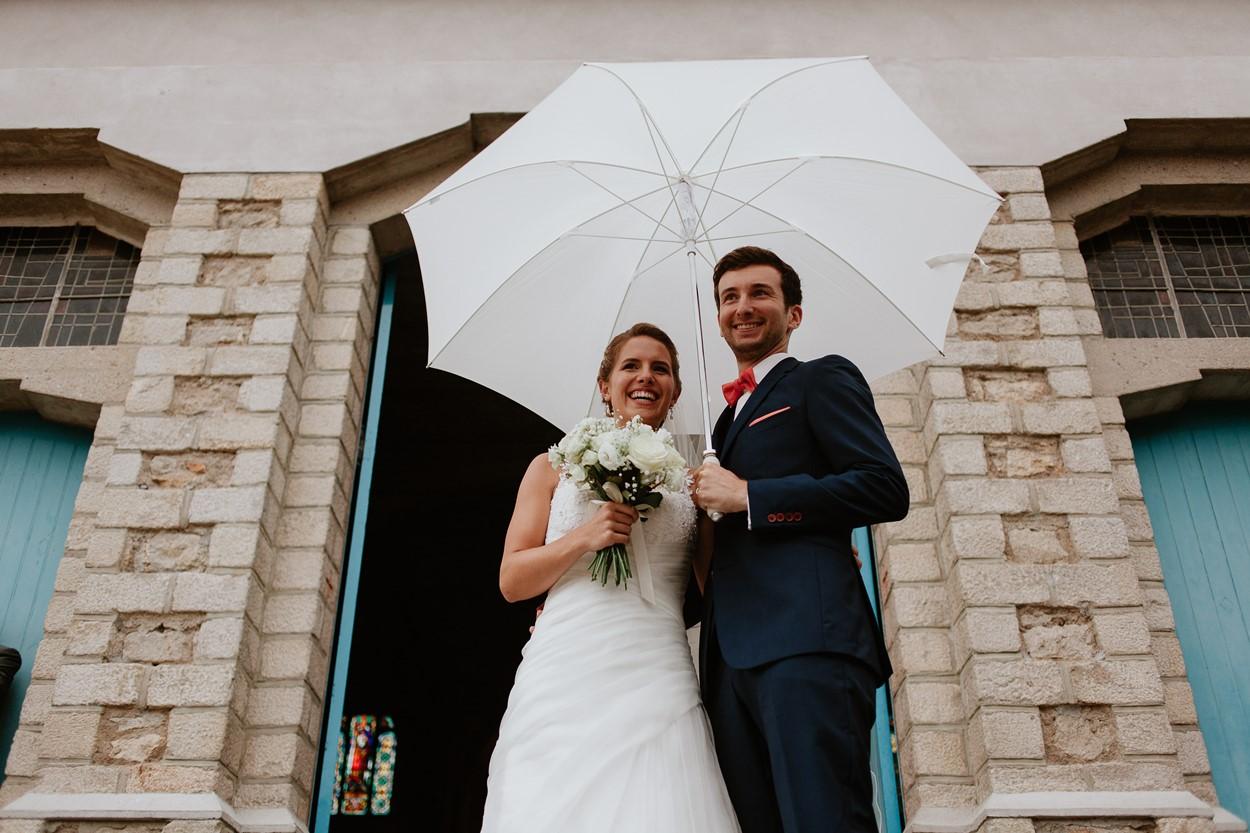 Sortie église La Baule mariés parapluie