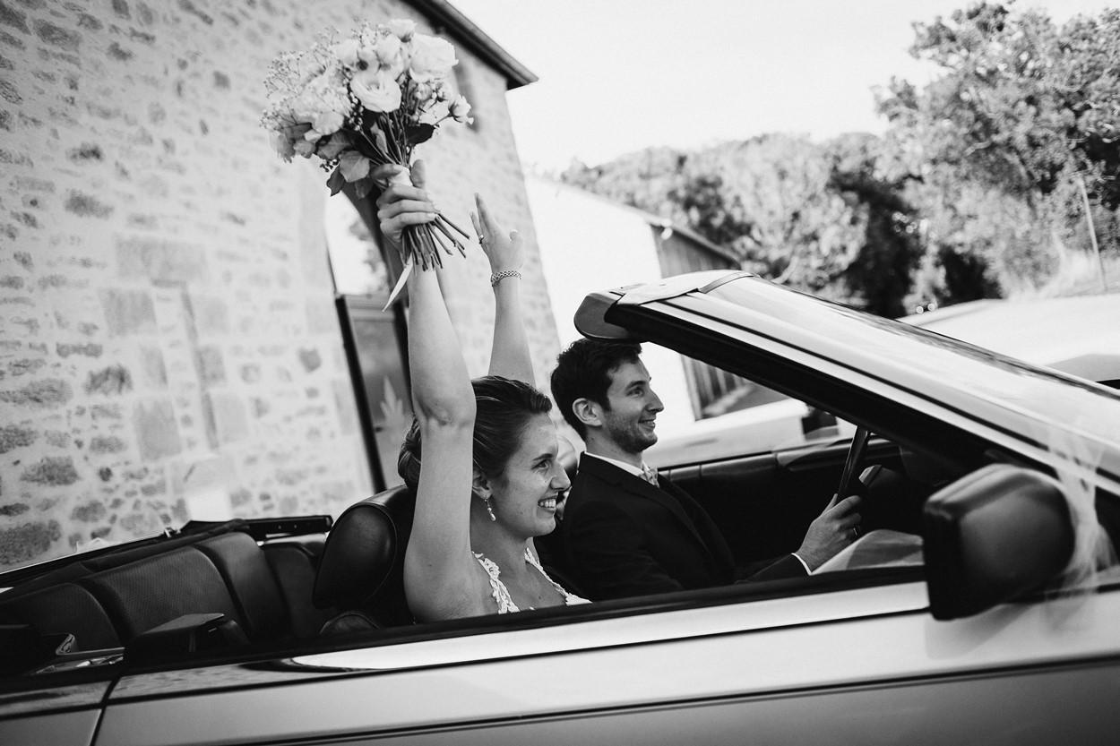 voiture mariés contents