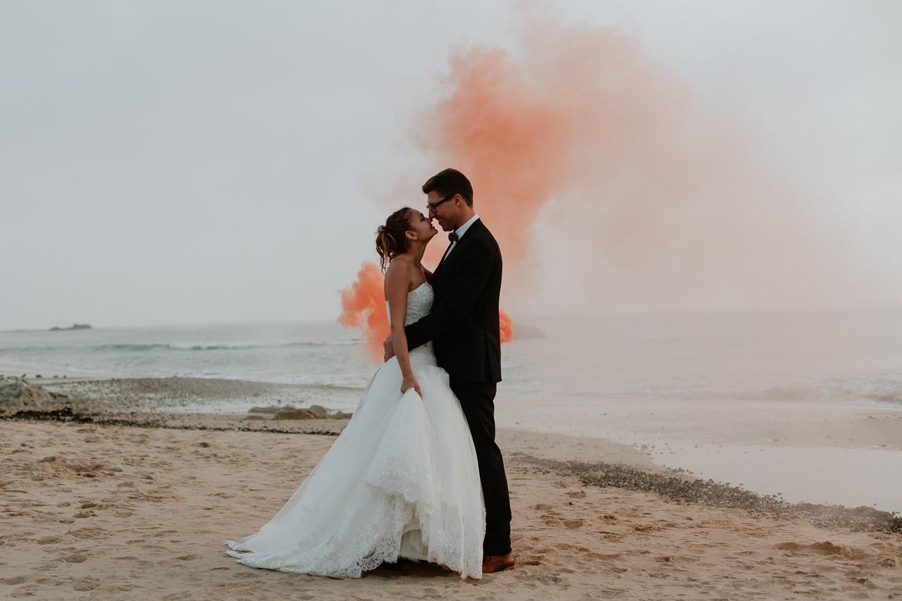 mariés plage fumigène