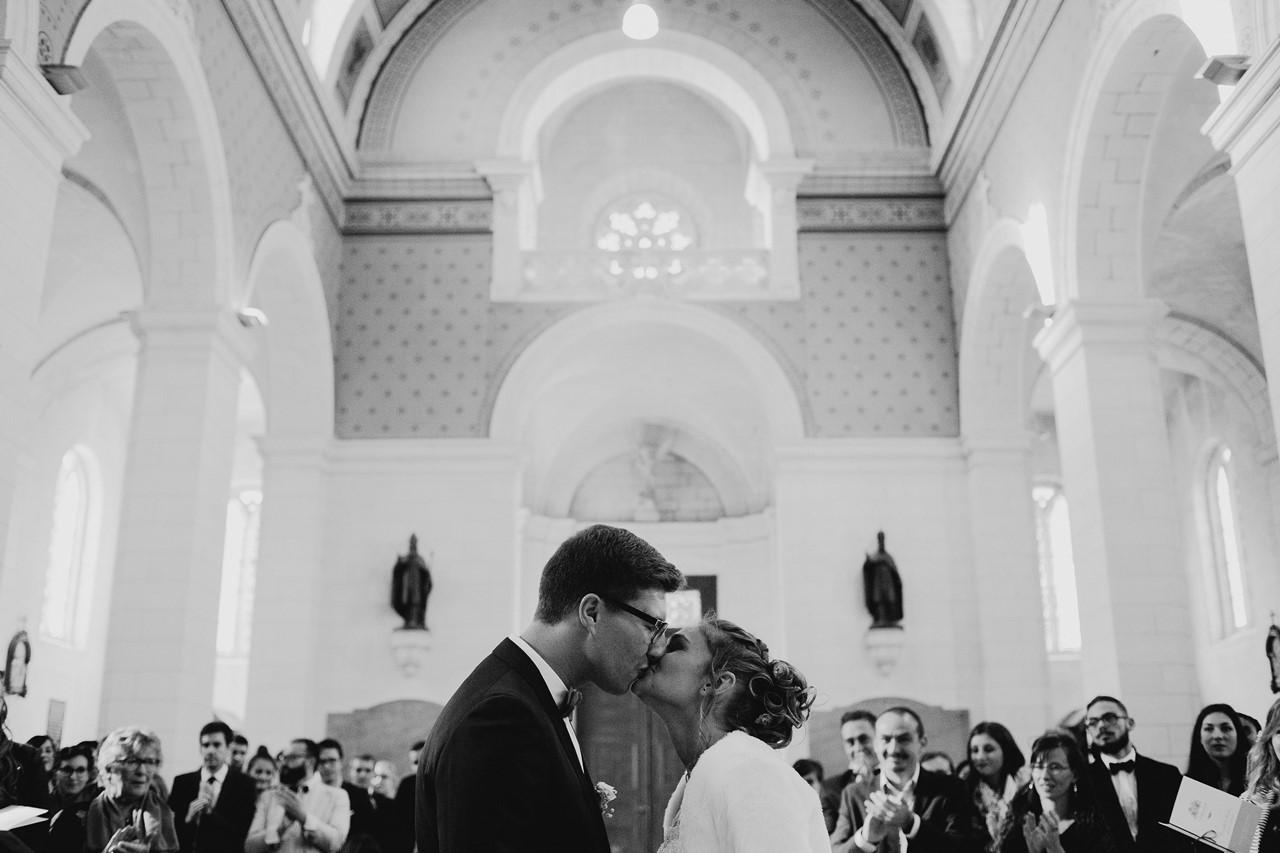 Bisous mariés église