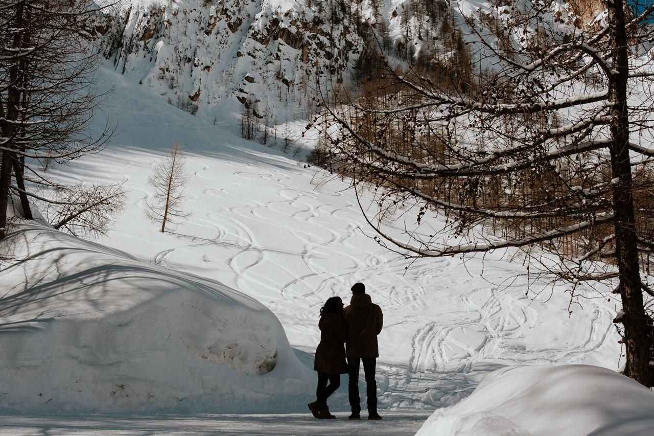 séance couple montagne silhouette piste de ski