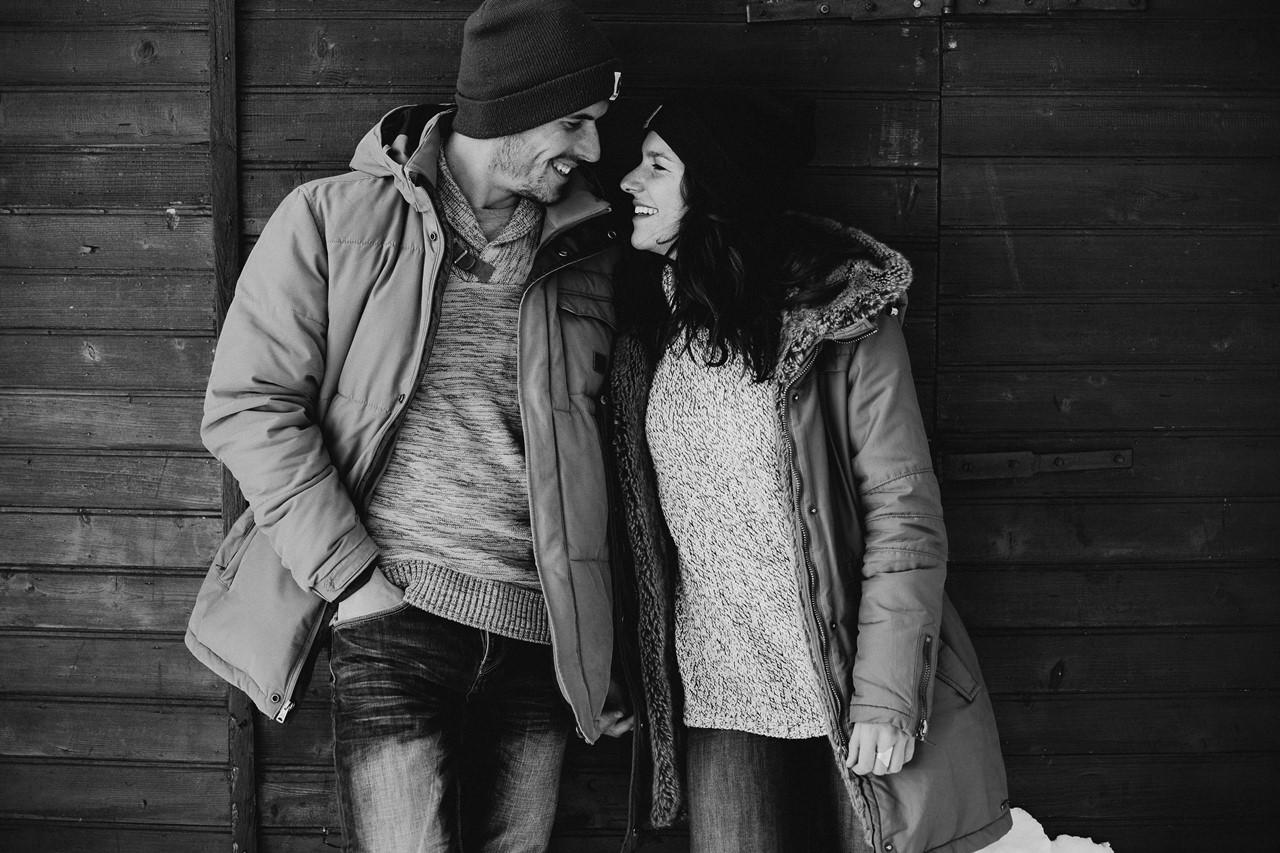 séance couple montagne rires noir et blanc