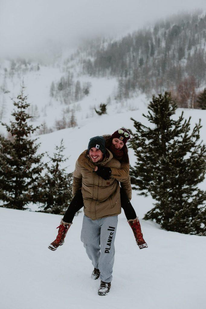 séance couple montagne jeux neige complicité