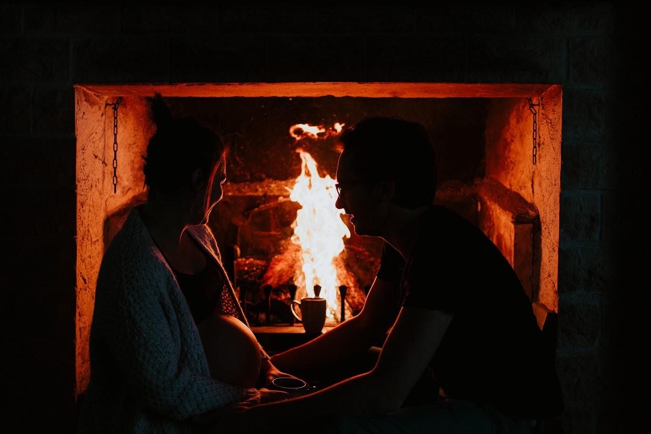 séance maternité intimiste maison couple cheminée