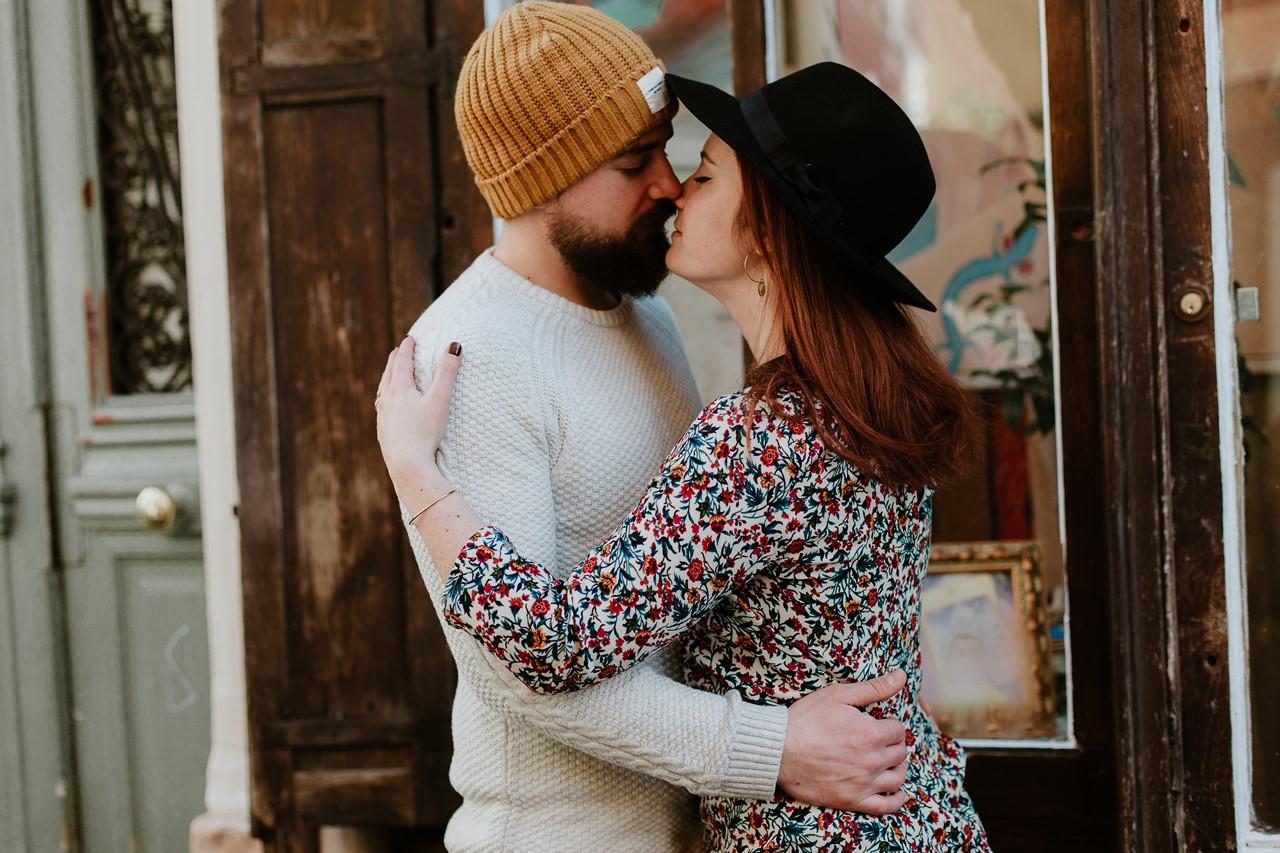 Couple baiser montmartre