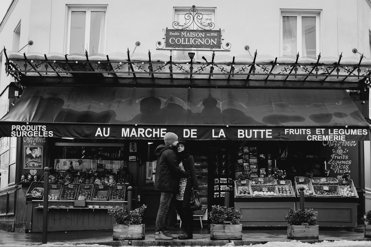 séance couple montmartre marche de la butte noir et blanc