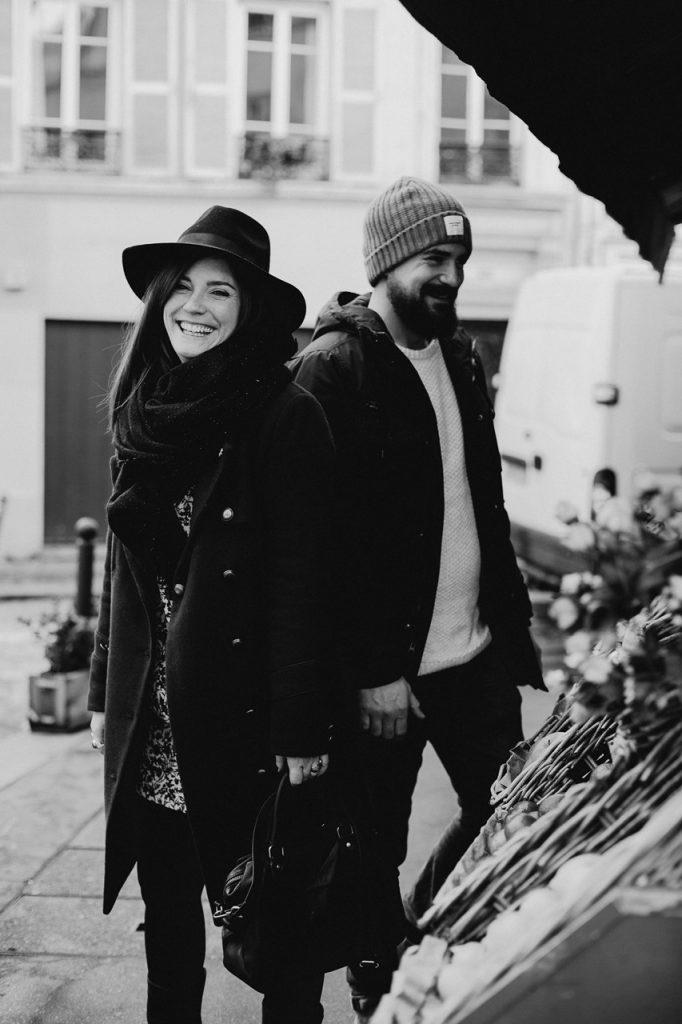 séance photo couple montmartre marche de la butte rires noir et blanc