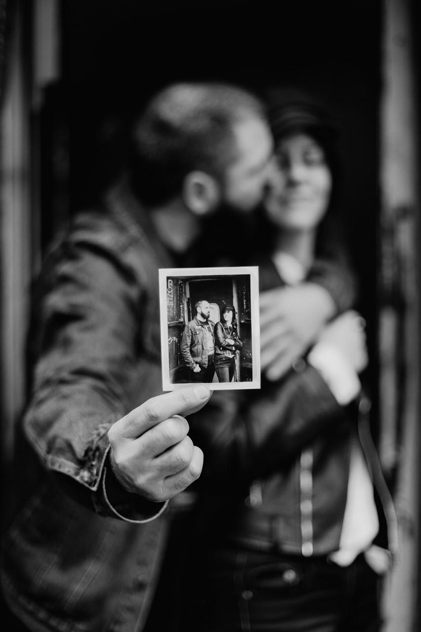 séance couple rock nantes portrait photo polaroide noir et blanc mise en abyme