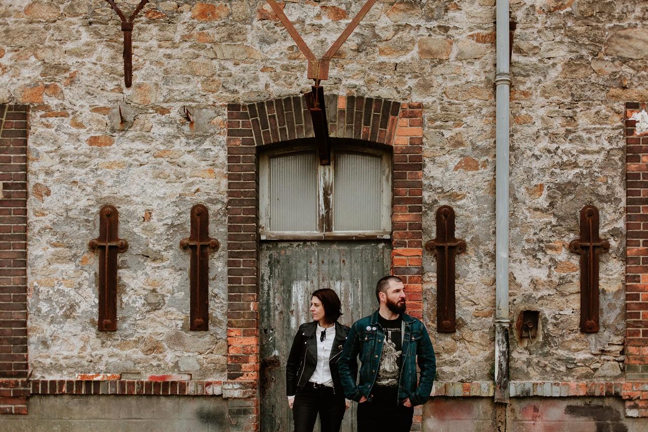 séance couple rock nantes portraits bâtiment désafecté