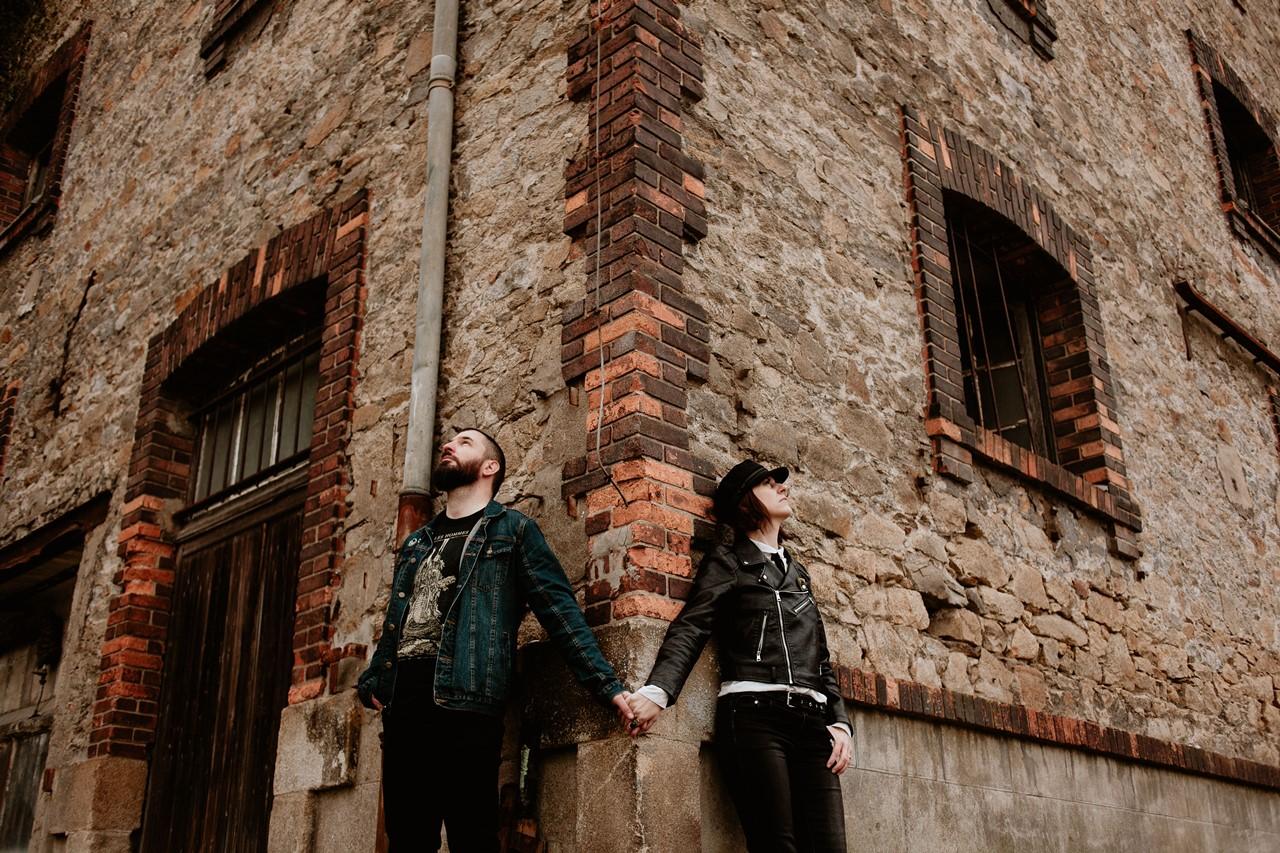 séance couple rock nantes mariés coin bâtiment industriel briques