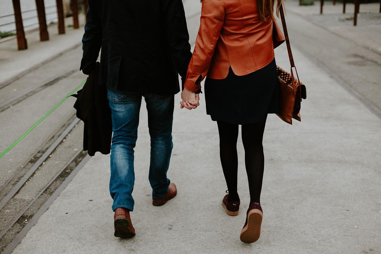 Séance engagement île Nantes futurs mariés de dos main dans la main