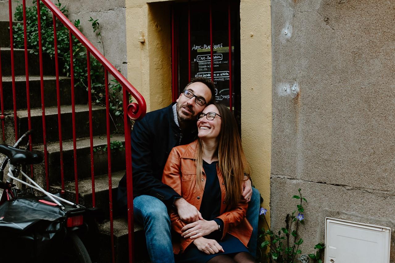 Séance engagement Trentemoult Nantes calin couple escalier