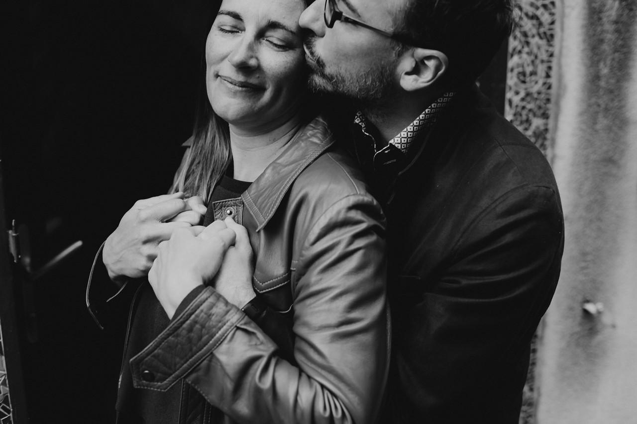 Séance engagement Trentemoult Nantes couple calin bisou noir et blanc
