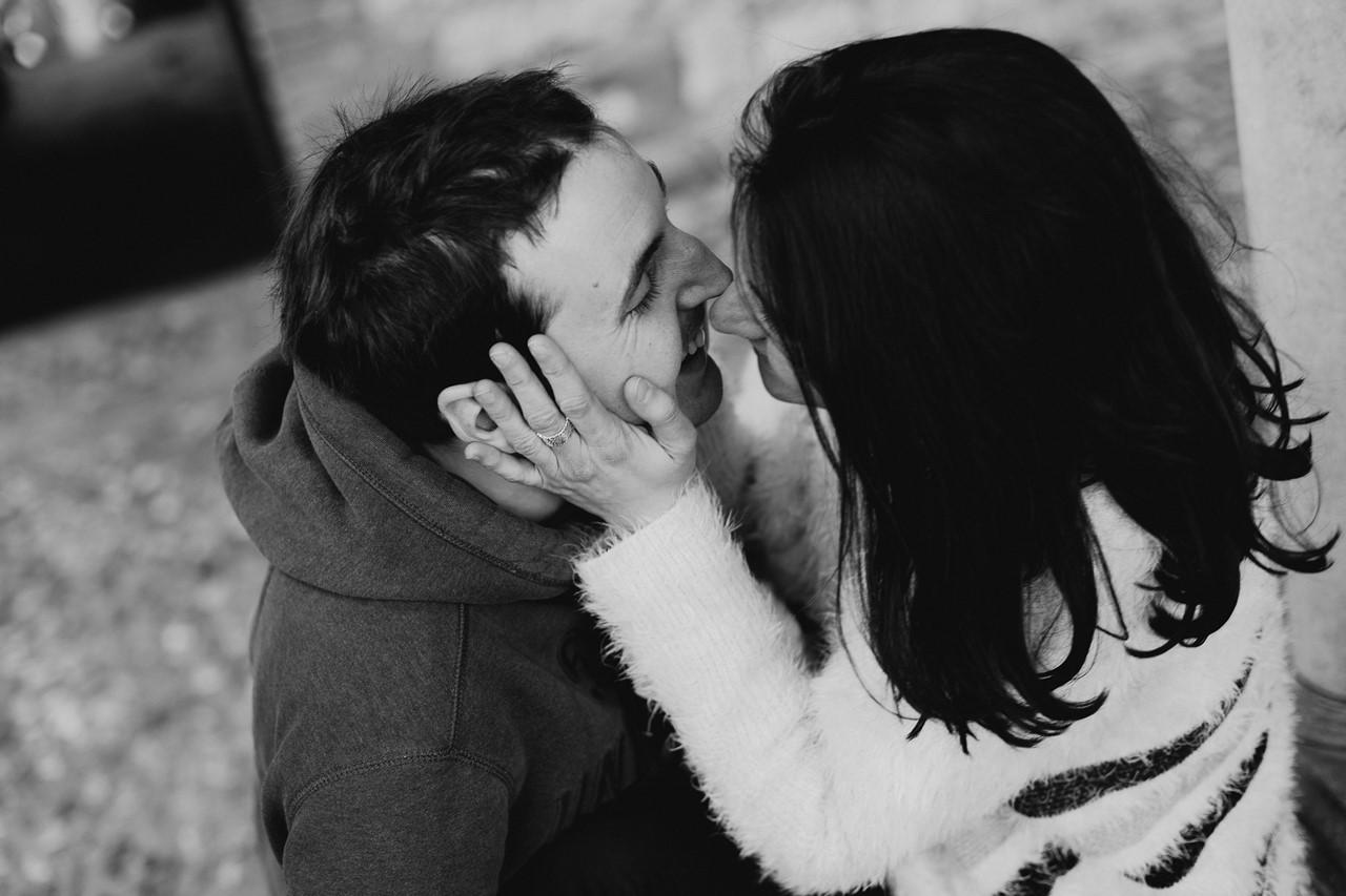 Séance engagement Albi futurs mariés détails mains noir et blanc