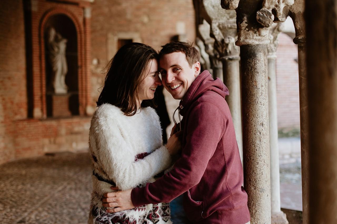 Séance engagement Albi futurs mariés abbaye rires couple