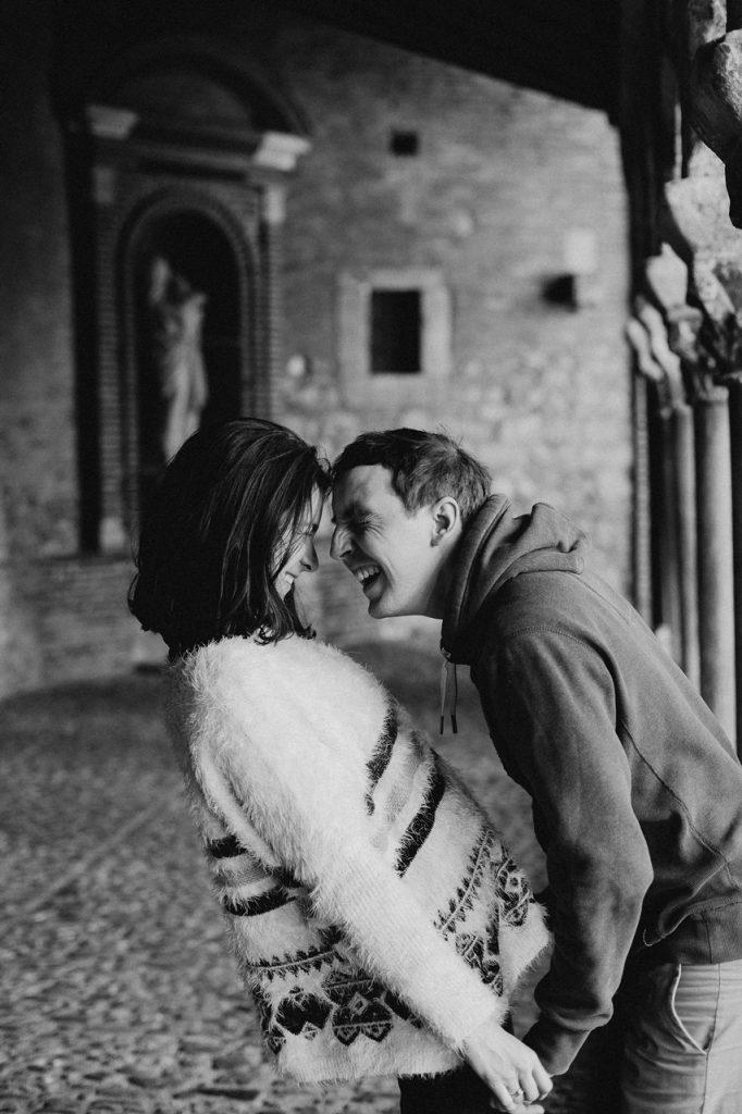 Séance engagement Albi futurs mariés abbaye rires noir et blanc