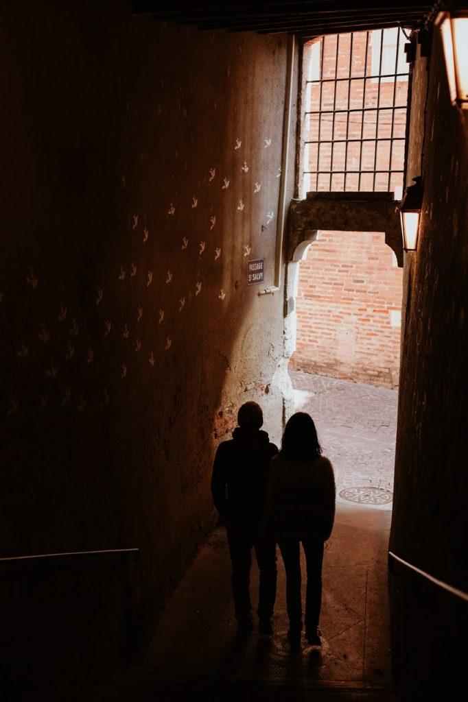 Séance engagement Albi futurs mariés escalier silhouettes