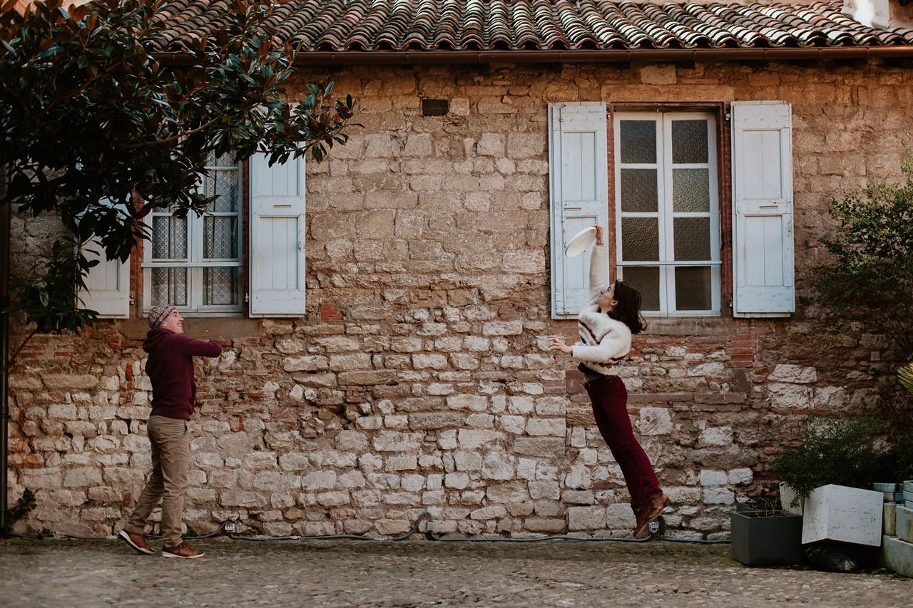 Séance engagement Albi futurs mariés jeu frisbee
