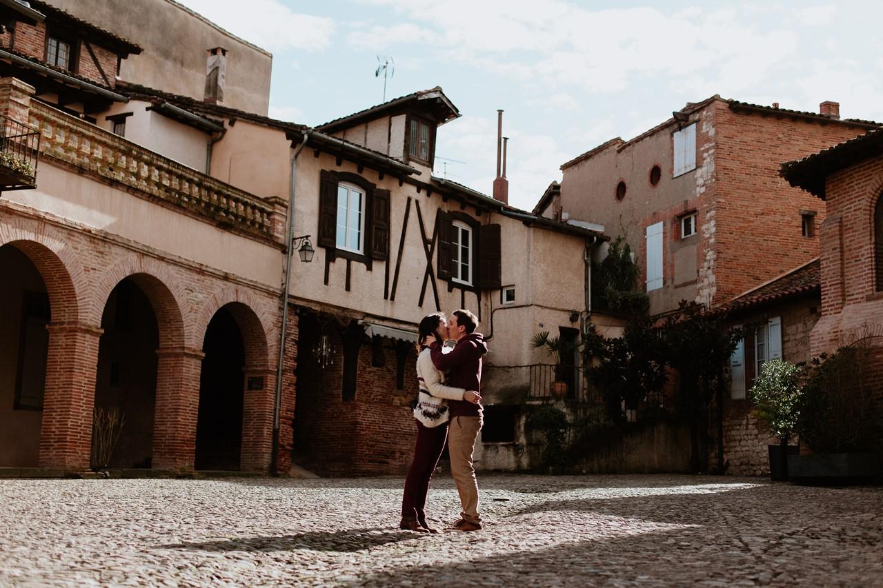 Séance engagement Albi futurs mariés place bisous