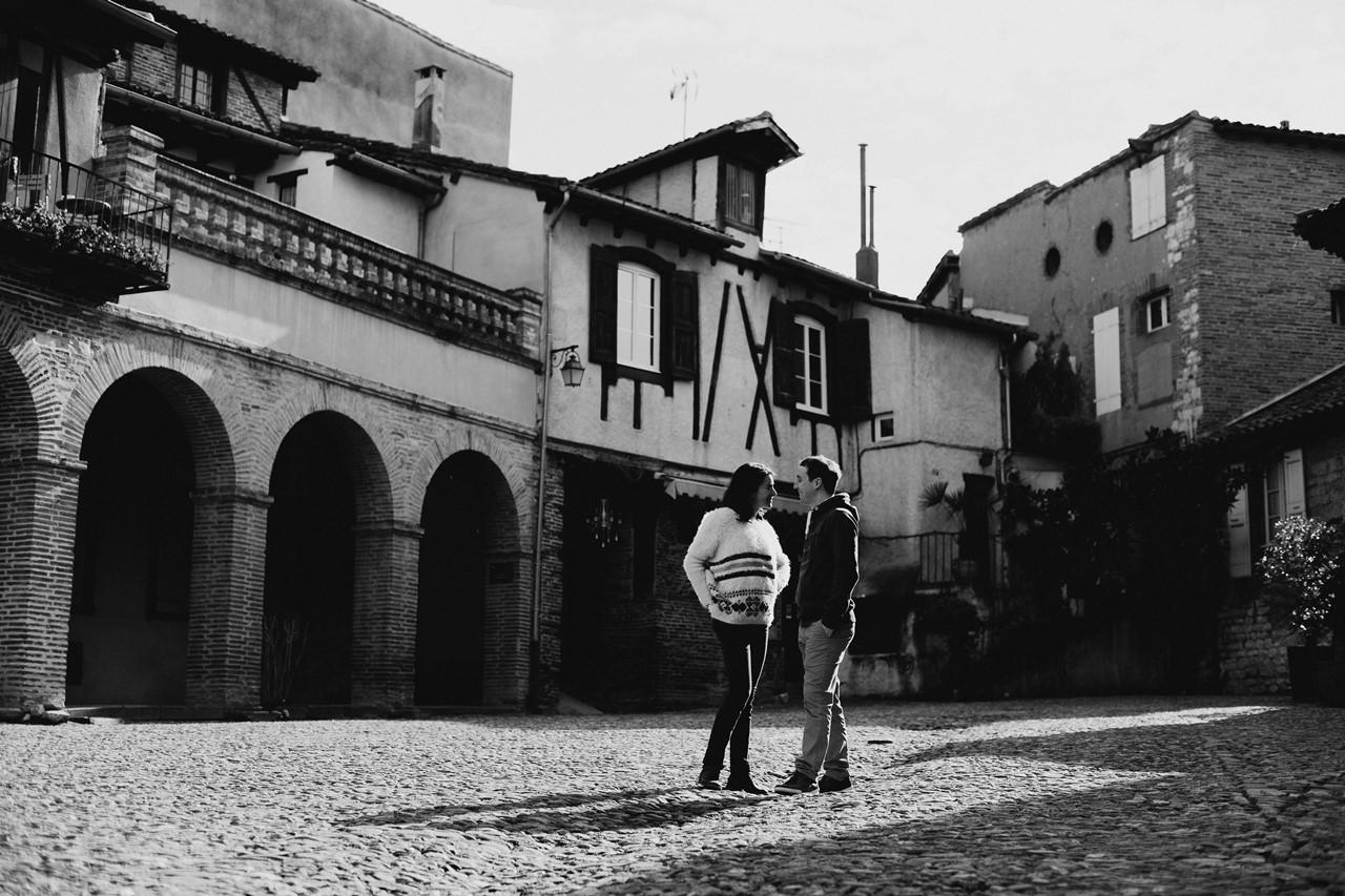 Séance engagement Albi futurs mariés place noir et blanc