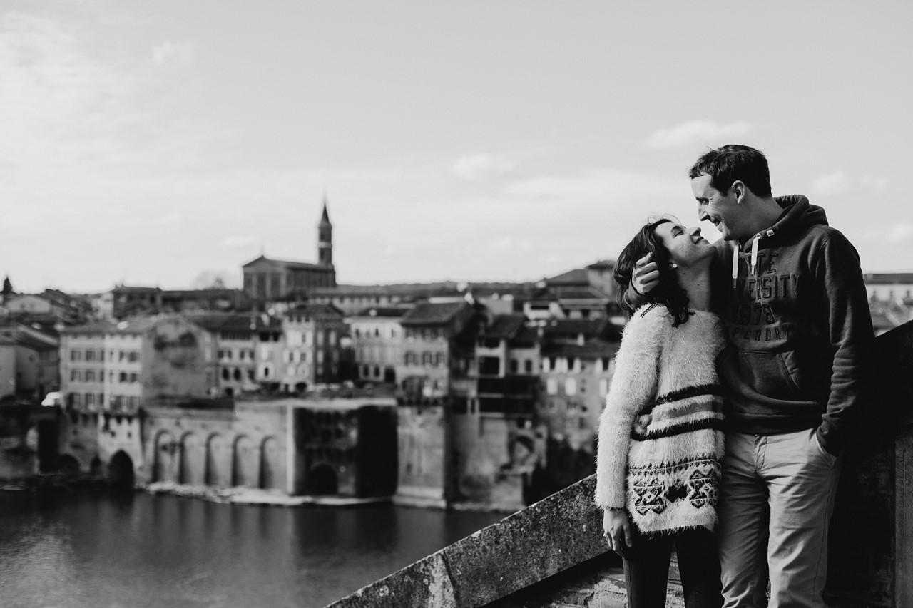 Séance engagement Albi futurs mariés paysage couple noir et blanc