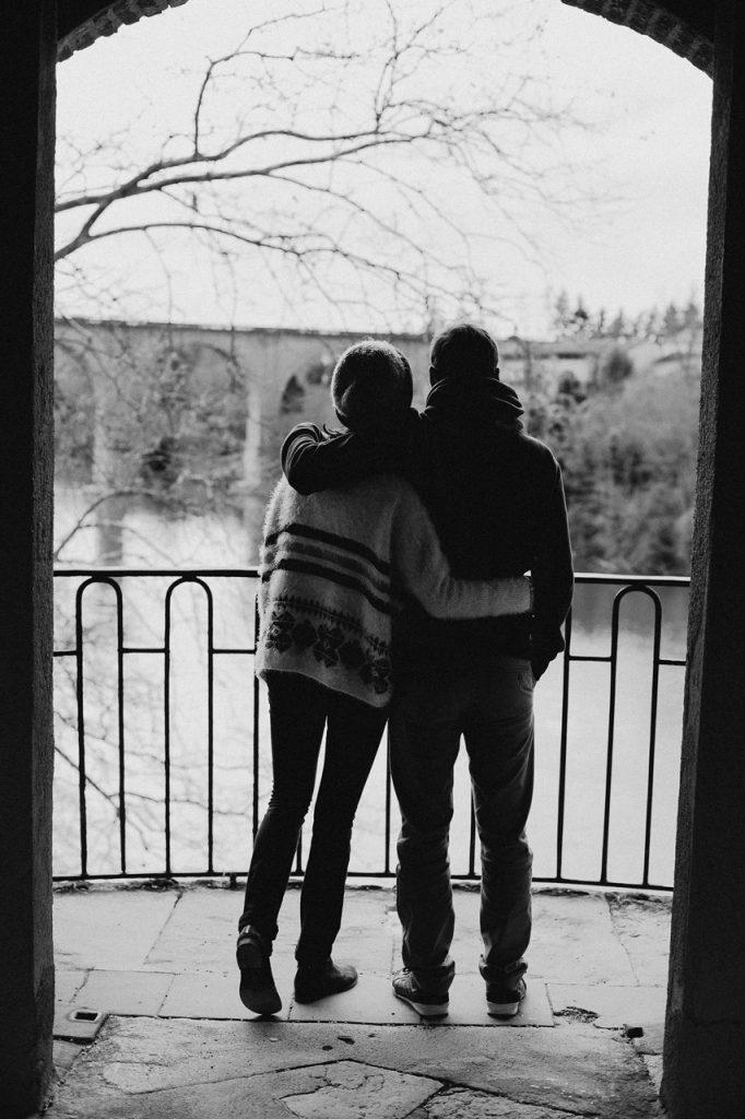 Séance engagement Albi futurs mariés calin balcon noir et blanc