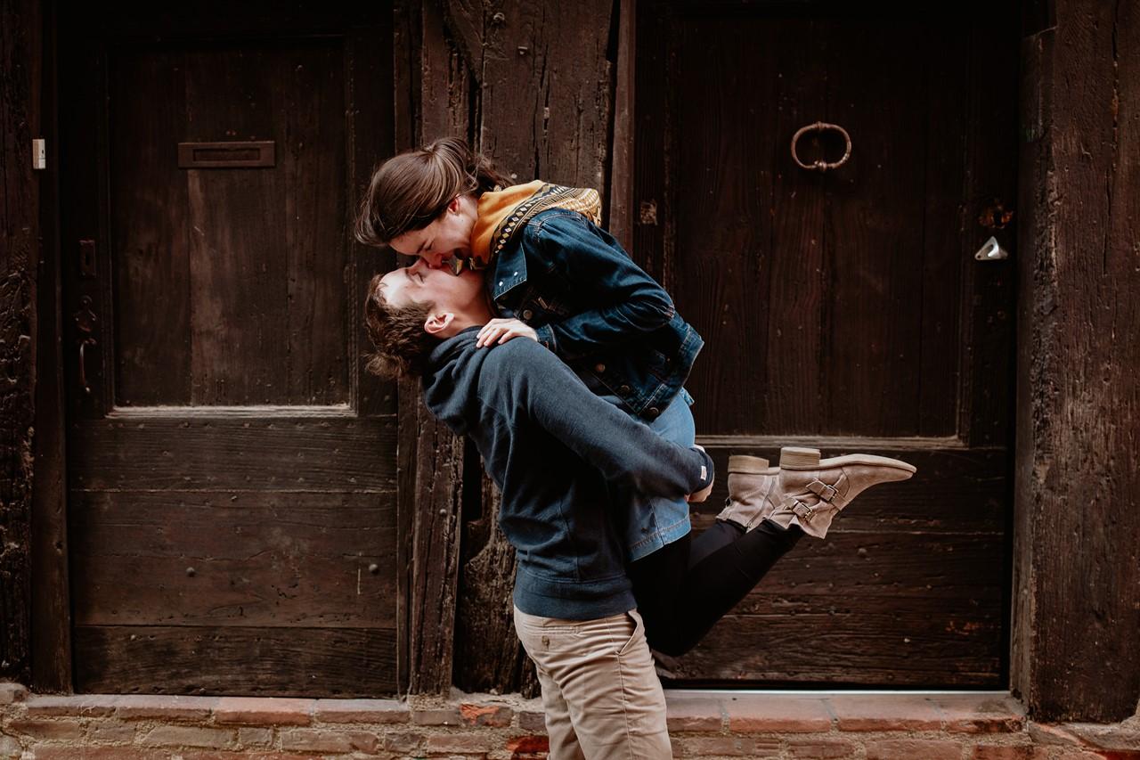 Séance engagement Albi futurs mariés amoureux bisou saut
