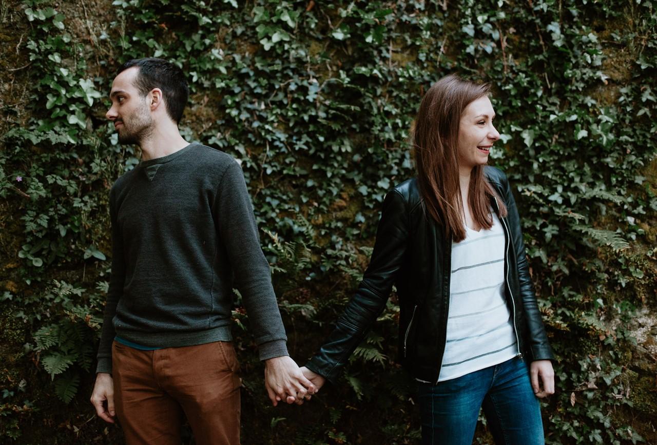 séance-engagement-couple-nature-main-dans-la -main