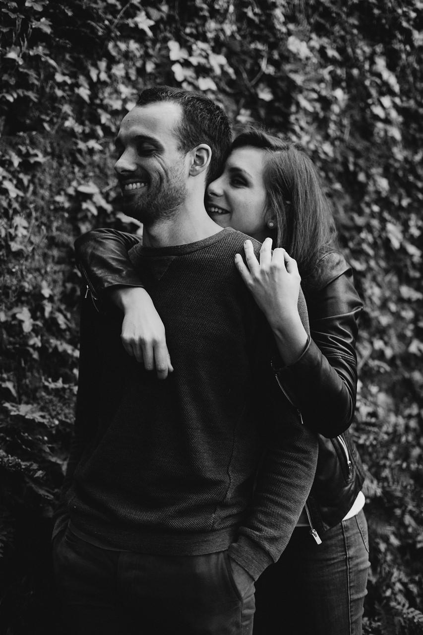 séance-engagement-couple-nature-calin-mur-végétal-noir-et-blanc
