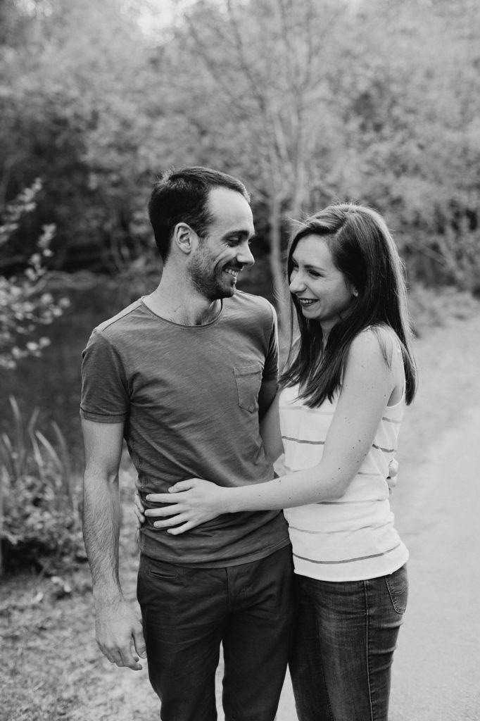 séance-engagement-couple-nantes-rires-noir-et-blanc