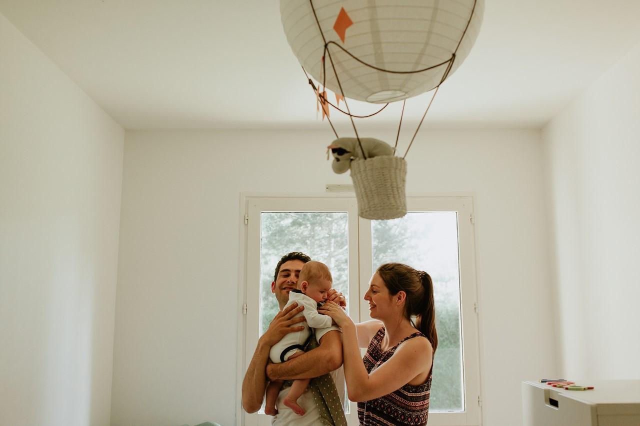 séance-famille-maison-calin-parents-bébé