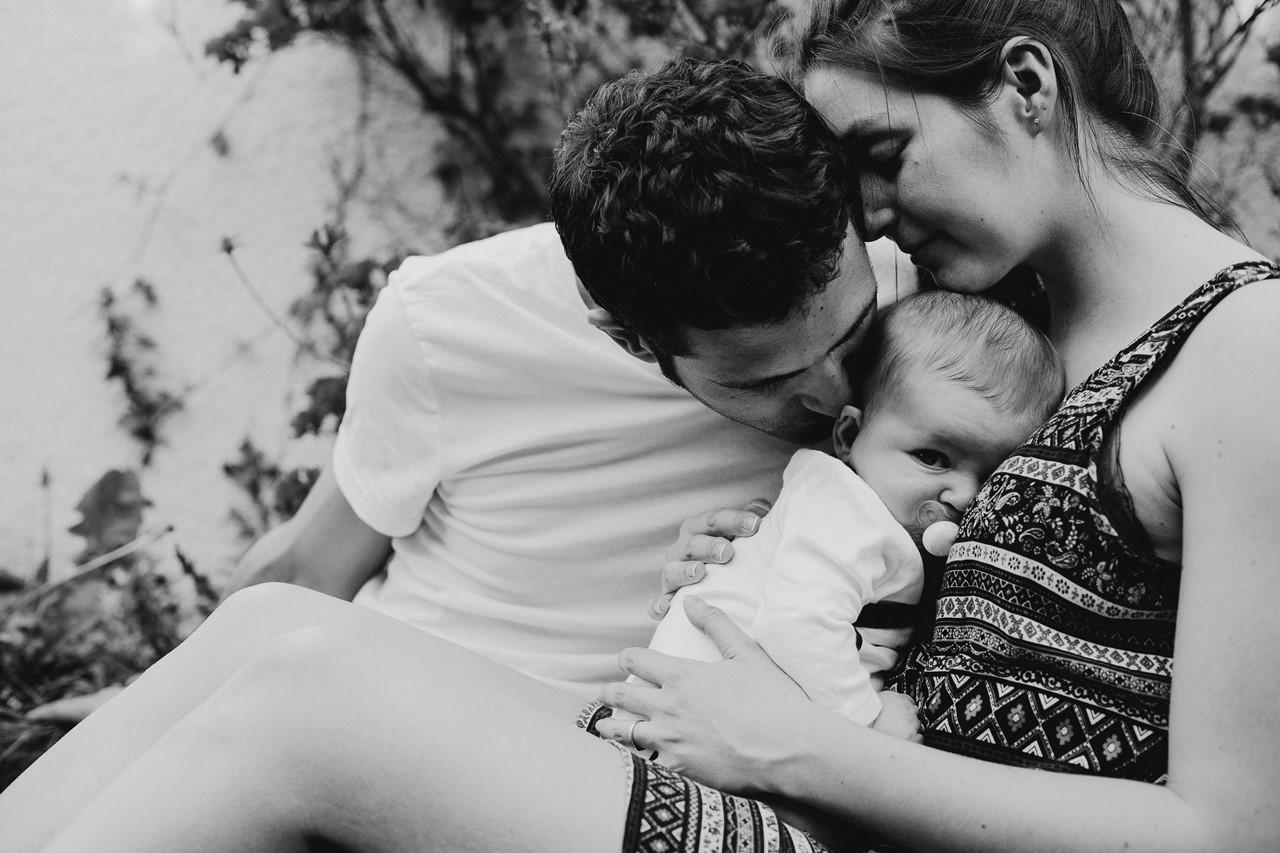 séance-famille-maison-calin-bébé-parents-noir-et-blanc