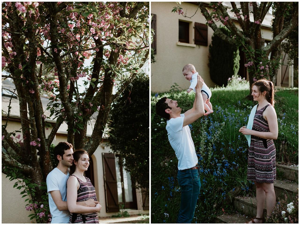 séance-famille-maison-portrait-couple-jardin-sourires-parents-bébé