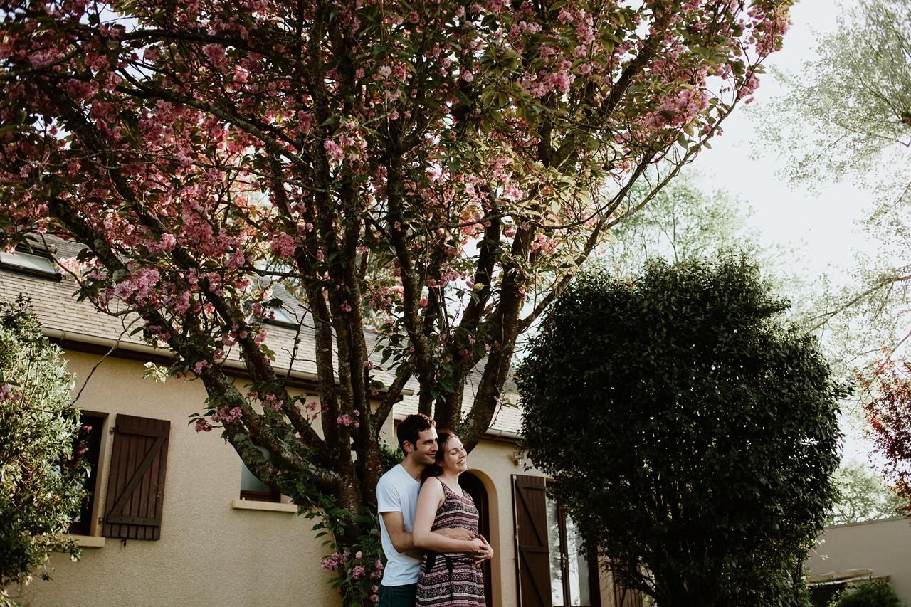 séance-famille-maison-portrait-couple-jardin