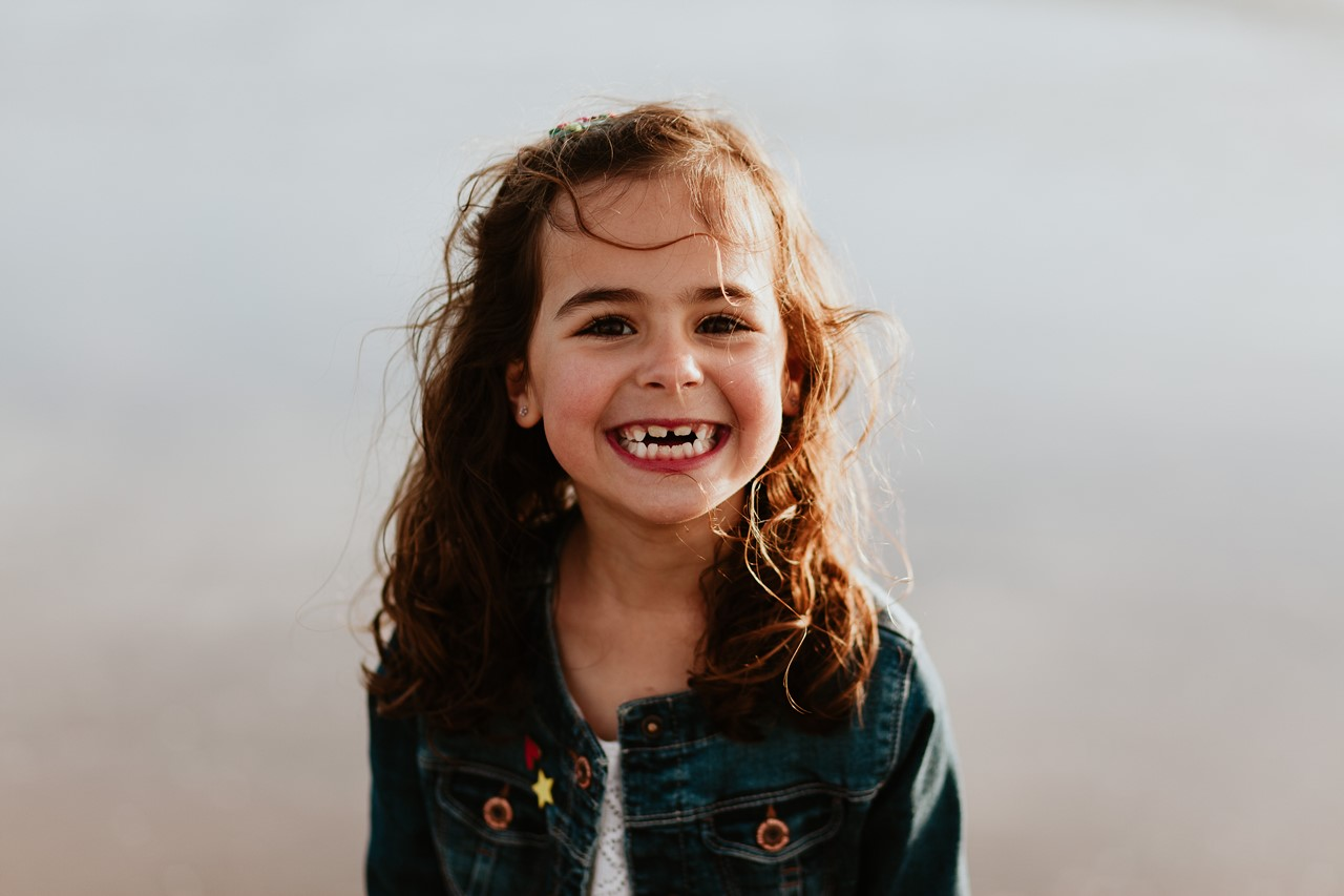 séance famille plage mer pornic portrait enfant sourire