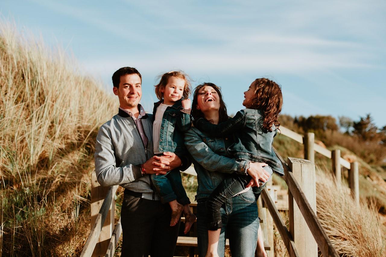 séance famille plage mer pornic portrait famille rires