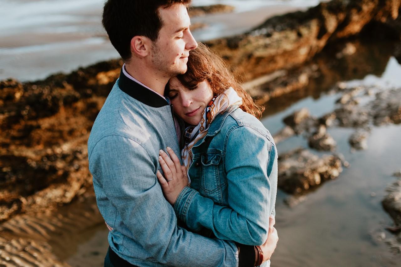 séance engagement plage mer pornic plan rapproché couple tendresse
