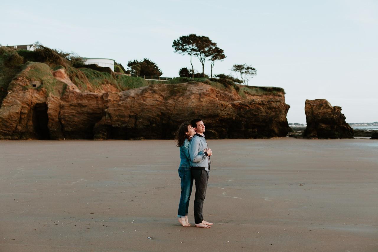 séance engagement plage mer pornic couple calin paysage