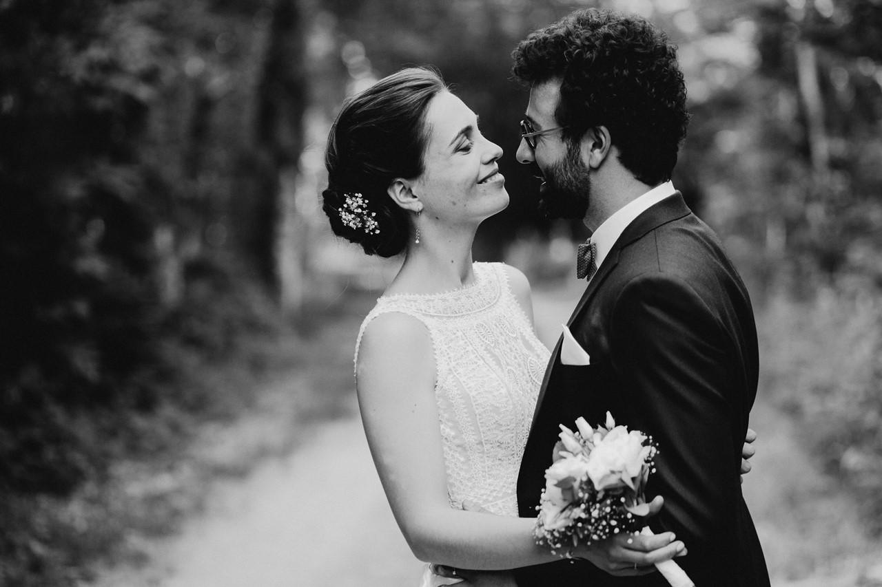 mariage angers château de la Cartrie photo couple sourires noir et blanc