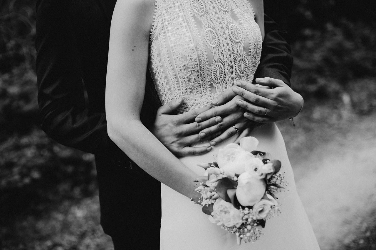 mariage angers château de la Cartrie photo couple forêt noir et blanc mains alliances bouquet