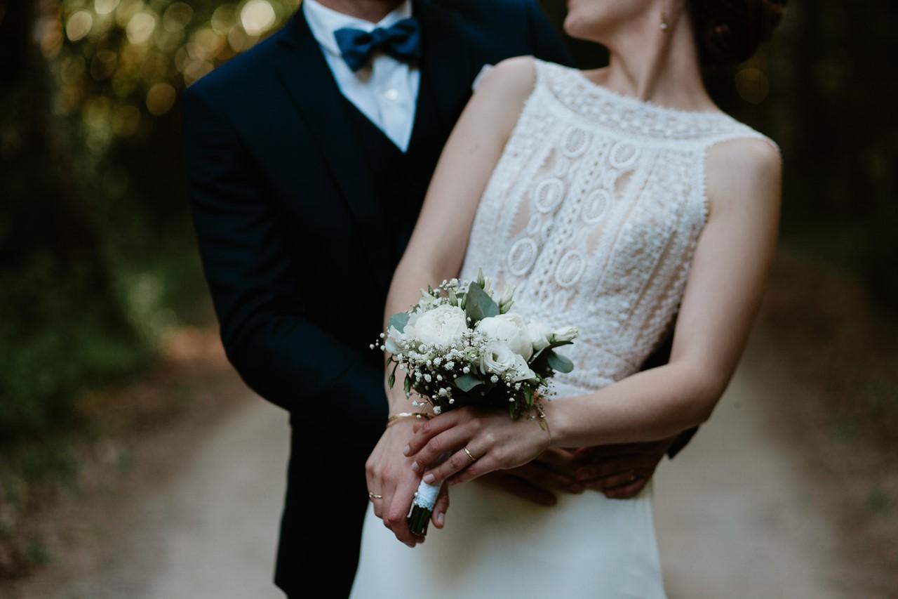 mariage angers château de la Cartrie photo couple forêt détails bouquet mariée