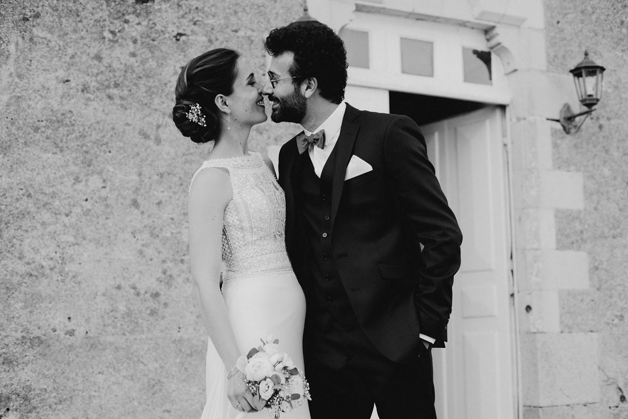 mariage angers château de la Cartrie photo couple regards bisou noir et blanc