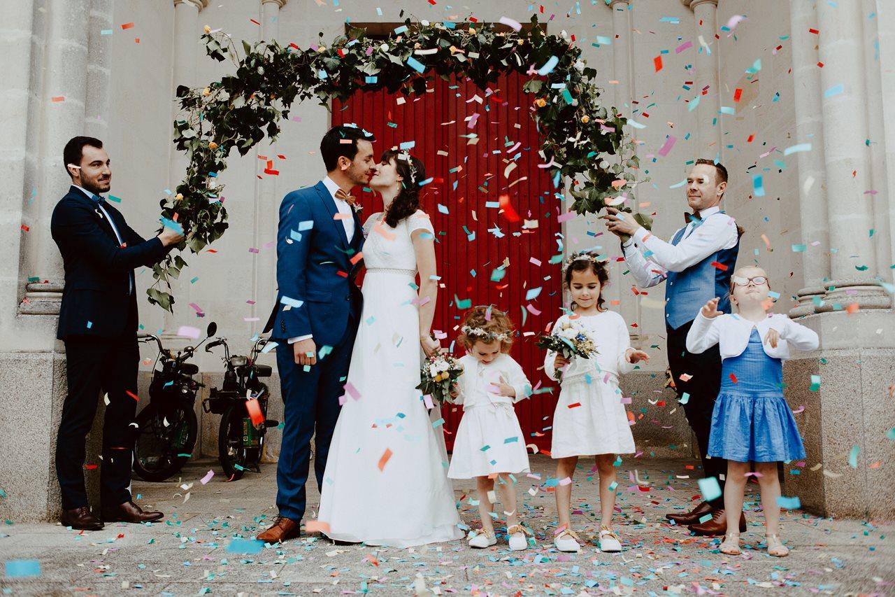 Mariage bohème nantes sortie église mariés confettis arche végétal