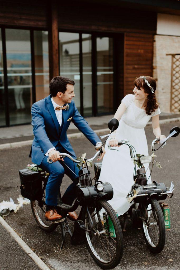 Mariage bohème nantes mariés mobylettes