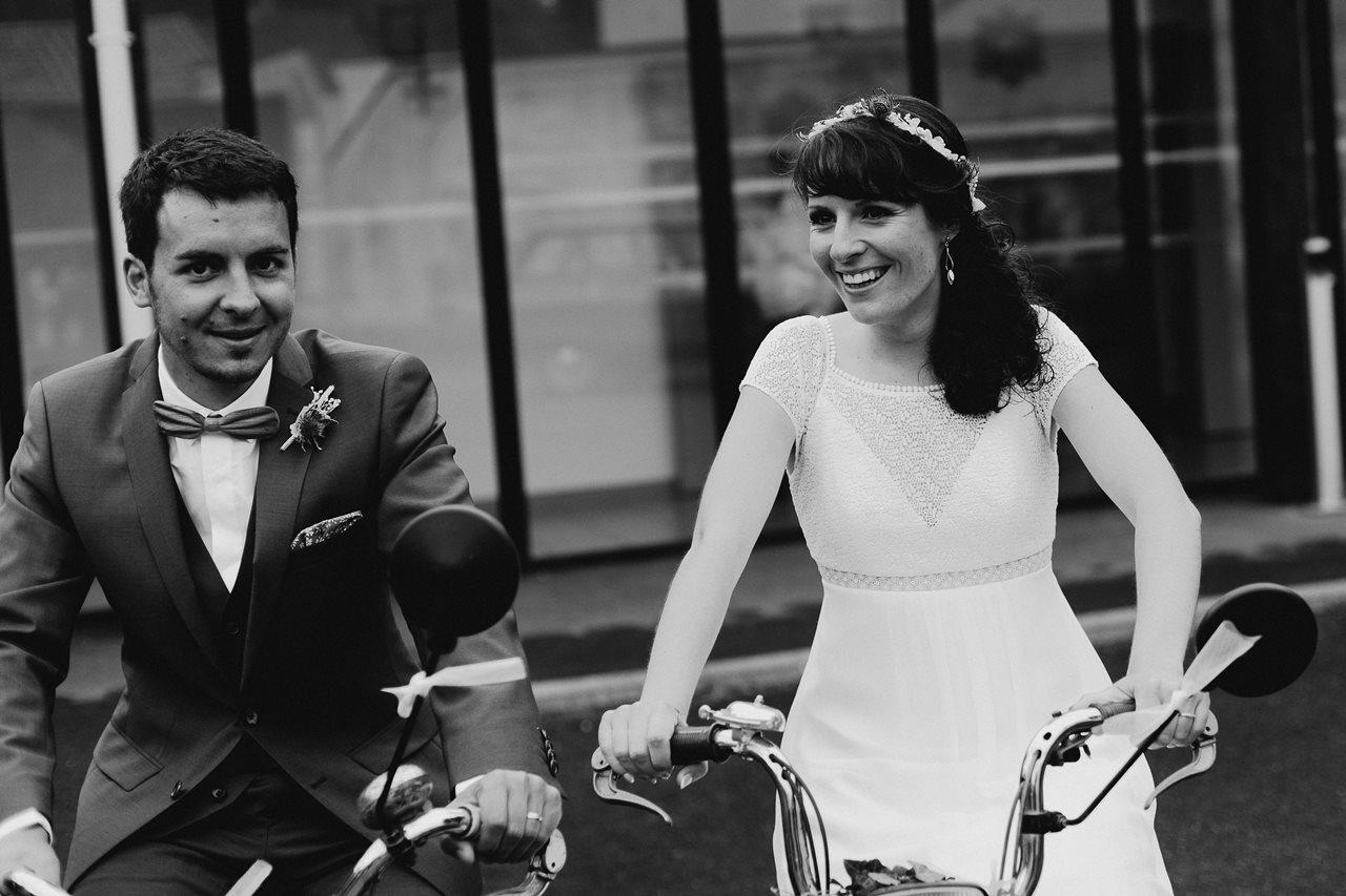 Mariage bohème nantes mariés mobylettes noir et blanc
