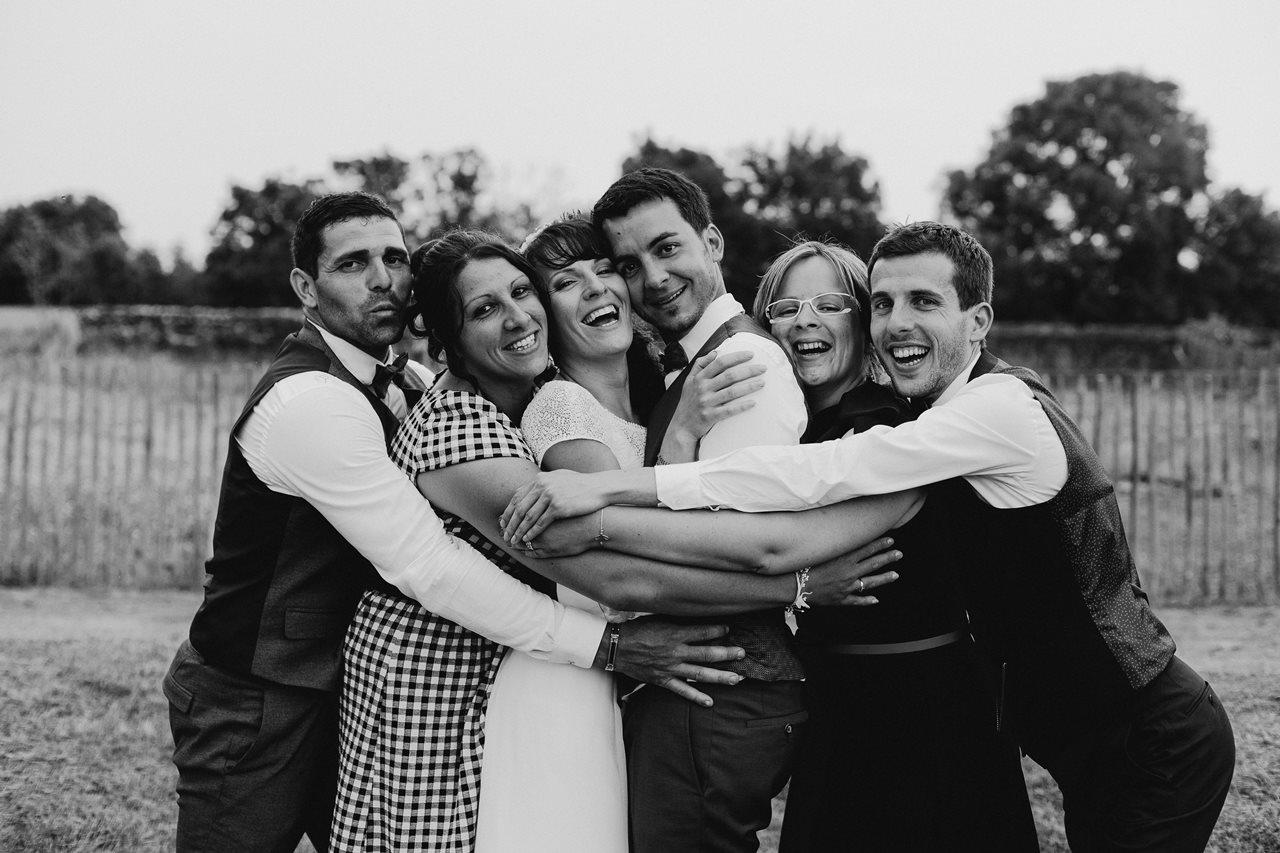 Mariage bohème guermiton photo groupe témoins noir et blanc
